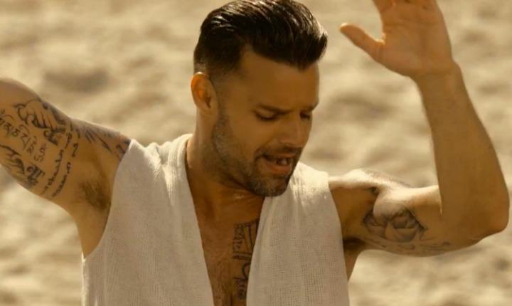 Ricky Martin en sus vacaciones, desafía las alturas