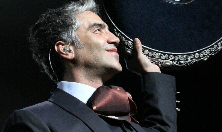 Fanática le lanza atrevido regalo a Alejandro Fernández