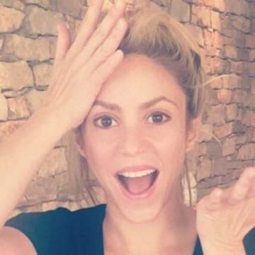 Cantando 'Me Enamoré', una niña se roba la atención de Shakira
